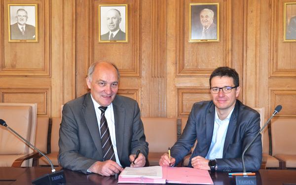 Gilles Leroy, Secrétaire départemental chargé de l'habitat et du logement, et de Jean François Pilet, Directeur général du CMN lors de la signature du partenariat.