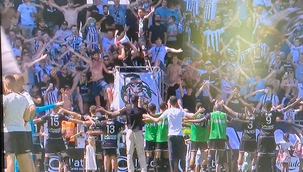 Les joueurs célèbrent la victoire avec le public
