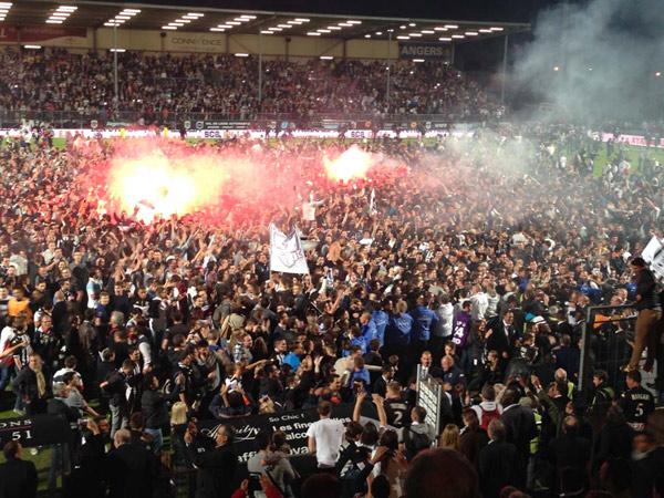 La liesse des supporters qui ont envahi le terrain dès le coup de sifflet final.