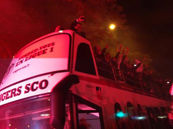 Les joueurs du Sco ont rallié la mairie depuis le stade Jean Bouin en autobus impérial.