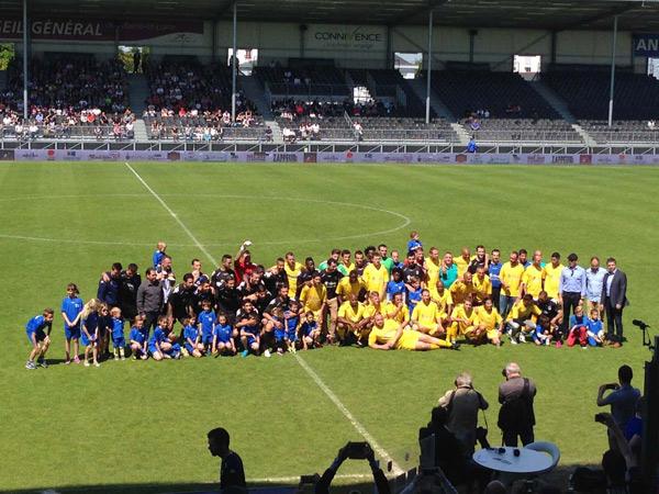 Avant le match de gala en soutien à l'association Rêves, dimanche 24 mai 2015, les deux équipes réunies sur la pelouse de Jean Bouin.