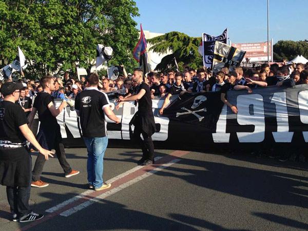Depuis l'église de la Madeleine jusqu'au stade Jean Bouin, le défilé des supporters avant la rencontre.