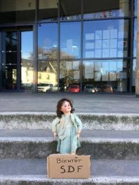 Martine devant la mairie