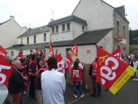 Les manifestants devant la permanence du député Christophe Priou