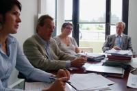 Bruno Schmidt (au centre) explique le projet Maison-Neuve.