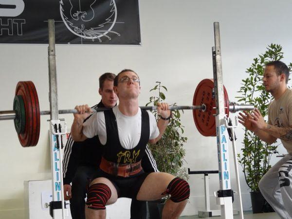 V. Gromand au squat,