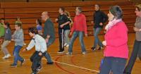Moment fort. Sous les ordres de leurs rejetons, les parents se prêtent aux exercices pour devenir un bon basketteur. Trop tard peut être…