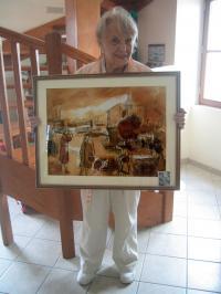 Arlène qui peint avec une technique à base de café et de thé.