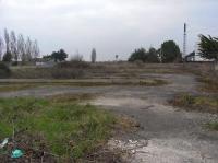 Le terrain est situé juste derrière la voie ferrée.