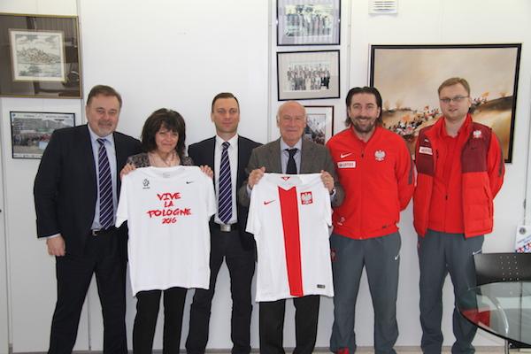Yves Métaireau, maire de La Baule, est entouré de :  Lukasz Gawrjolek, Tomasz Iwan (cheveux longs), Janusz Basalaj, et Danièle Margelli, directrice du service Culture/Sport.