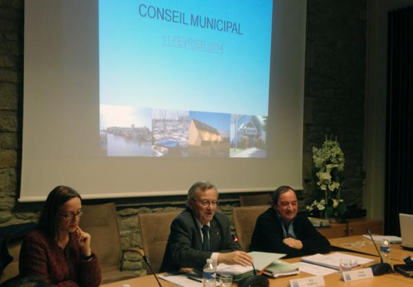 11 février 2014 : Au centre, René Leroux préside son dernier conseil municipal, après 25 ans à la tête de la mairie de La Turballe. A gauche, Christine Talon, trésorière de Guérande ; à droite, Claude Thobie, son fidèle premier adjoint en charge des Finan