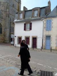 Les jeunes mariés s'apprêtent à poser devant la maison de Christine Boutin