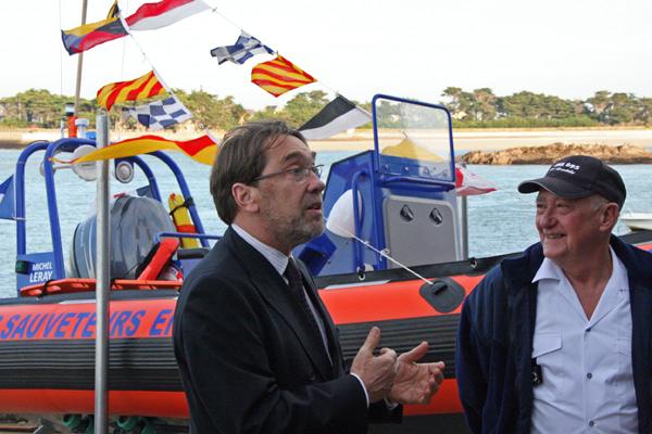 Devant la nouvelle embarcation, le sous-préfet Jean-Pierre Gardiola, à gauche, souhaite bonne mer au président Daniel Guillou.