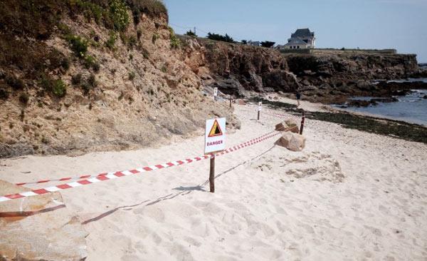 Plage du Sable-Menu, Le Coisic. Les zones en pied de falaise interdites d'accès par un nouveau balisage.