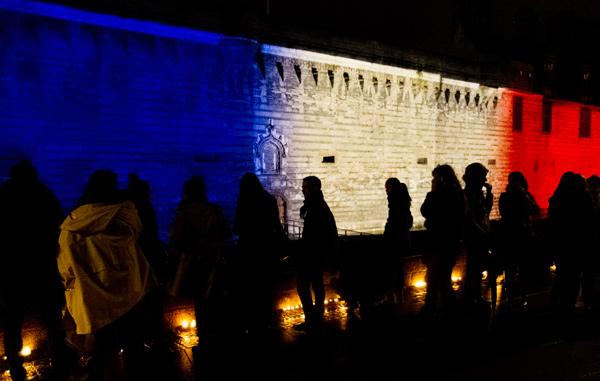 Le château des Ducs de Bretagne, illuminé aux couleurs bleu, blanc, rouge
