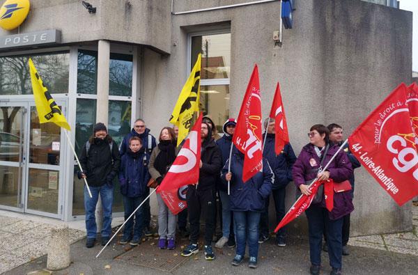 Les postiers en grève à Rezé