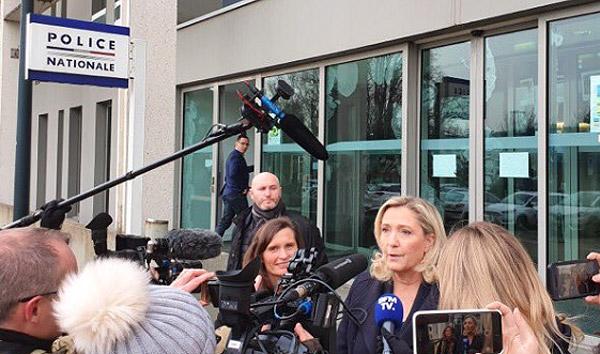 Marine Le Pen et Eléonore Revel en visite à l'hôtel de police de Nantes