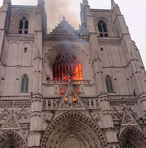 La cathédrale de Nantes en feu