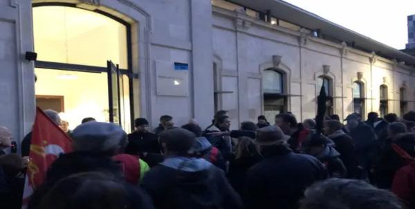 Confusion et échauffourées devant la Maison des syndicats en marge du meeting de la candidate RN Eleonore Revel. — J.Urbach/20Minutes