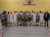 les cadets de l'ES Pornichet Basket et leur coach, Stéphane Festini, entourés de ceux de Cholet basket
