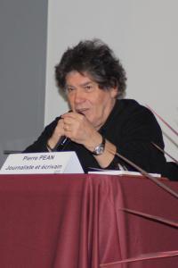 Pierre Péan à l'hippodrome lundi soir répondant aux questions de Dominique Labarrière et du public