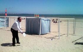 Xavier Bertrand joue au ping pong sur la plage de Pornichet
