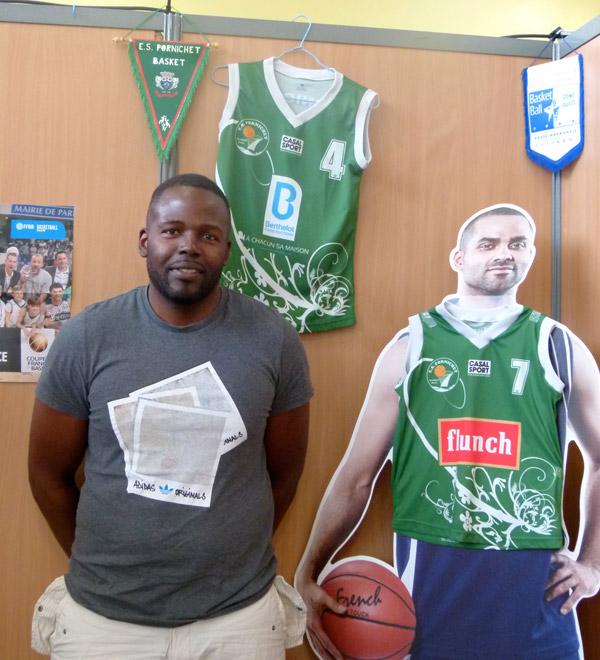 Gislain Kamwa qui entraine les jeunes du baskett