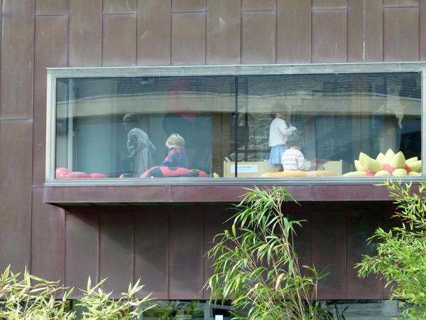 Un bâtiment tout en cuivre avec ses fenêtres suspendues sur la culture.