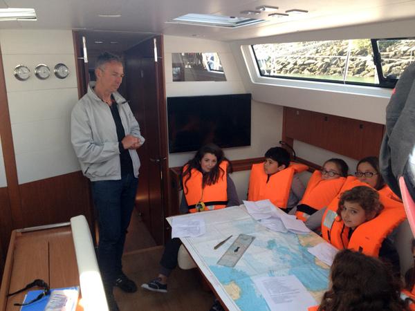 Lionel Lebossé, coordinateur scolaire de la Sailtica, explique la manière de lire une carte maritime