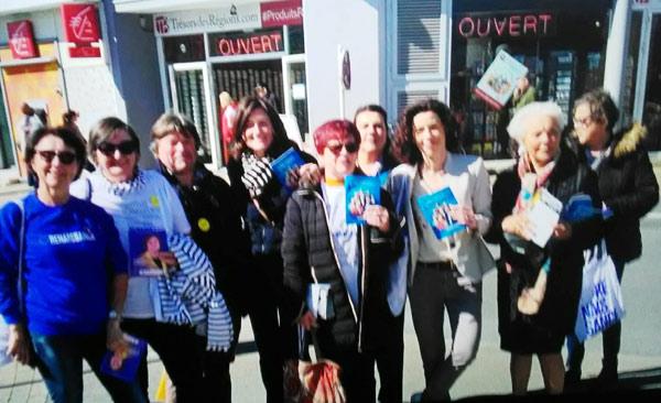 Sandrine Josso entourée des marcheurs dont Alain Robert de Pornichet.