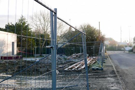Travaux sur le site des Ramiers au premier plan à proximité des antennes relais du stade Prieux (à droite)