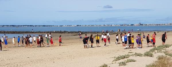 Ambiance californienne avec des ateliers physiques sur la plage ES Pornichet Basket