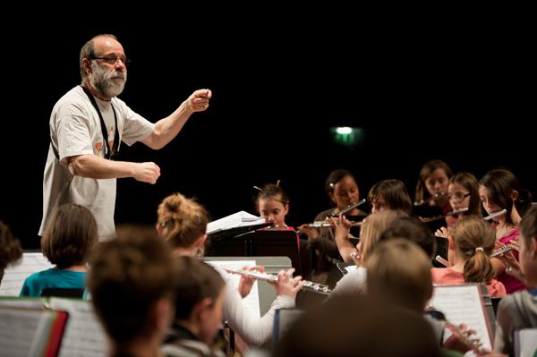 Jean-Pierre Berlugue, directeur de l'école de musique donne la leçon