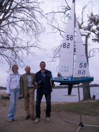 De gauche à droite Sylvie Nicolas présidente du SNOS voile, Gilles Breton vice-président  et coureur du SNOS voile et Patrick Nicolas coureur du SNOS voile