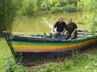 Jean-Richard Poret et sa conjointe Djamila sur le terrain où ils ont aménagé des bassins. Ils ont le sourire pour la photo mais ont le sentiment qu'on les mène en bateau...