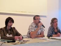 avec le micro Patrick Ollivier CFDT et à sa droite Celine Renard de la CGT