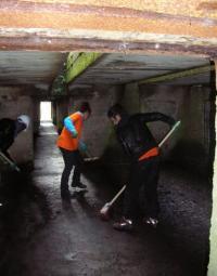 Pendant huit jours, un chantier de nettoyage de la base sous-marine a permis aux volontaires d'apprendre à se connaître.