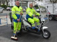 Deux agents de la propreté publique qui utilisent les