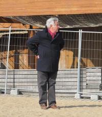 Le présentateur imitant la pose de Monsieur Hulot, à Saint-Marc.