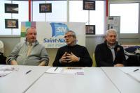 Dominique Hamon, au centre, avec, à sa droite, Jean-Michel Talbourdel, adjoint aux sports, et, à sa gauche, Christian Thébault, vice-président chargé de la section professionnelle