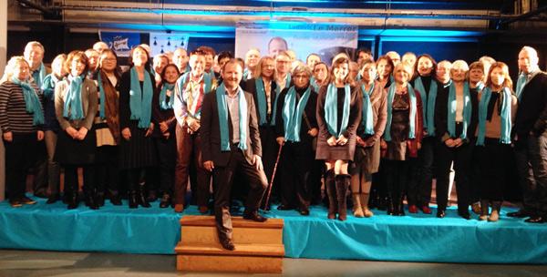 Ludovic Le Merrer, candidat du Centre-Droit -sur les marches-, a présenté ses colistiers de DésirS de Ville ainsi que son programme au salon républicain du Paquebot à Saint-Nazaire, redécoré pour l'occasion en bleu turquoise.