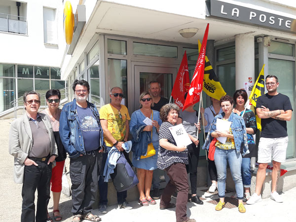 Les grévistes devant le bureau de poste Immaculée