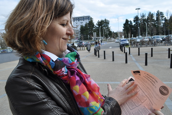 Distribution de tracts à la Cité sanitaire de Saint-Nazaire ce lundi 21 mars 2016.