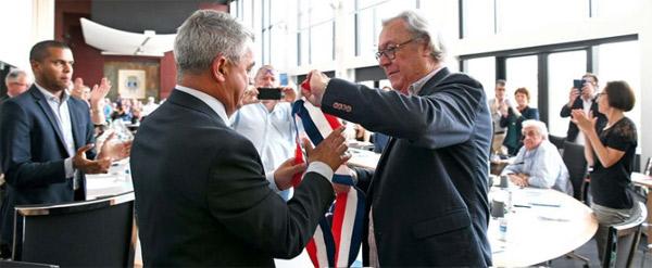 Jean-Luc Guyodo doyen de l'assemblée  remet son écharpe de maire à David Samzun