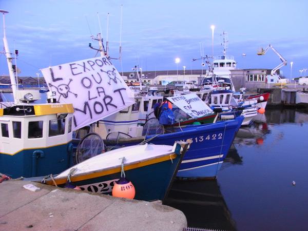 Les pêcheurs posteront à nouveau plusieurs bateaux à l'entrée du port demain matin.