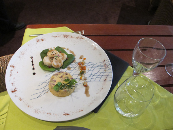 « le flan de potiron et langouille, Saint-Jacques snackées avec une vinaigrette au jus de viande »