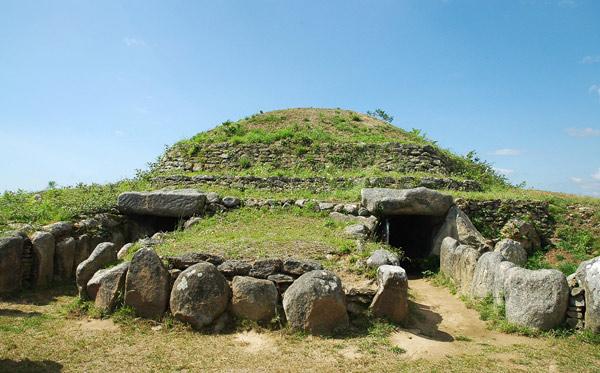 Erigé il y a plus de 6 000 ans, le tumulus est plus vieux que les pyramides. © A. Klose/SNAT.