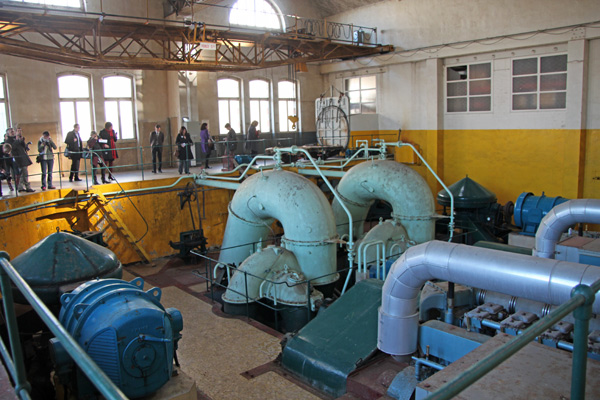� l�int�rieur, l�imposante machinerie qui sera conserv�e, donne une id�e de la puissance des pompes de mise � niveau des bassins du port.