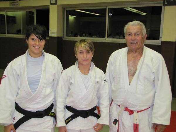 Jeanne Marechal, championne r�gionale juniors, entour�e de Ma�tre Alphonse Lemoine et de Julie Da Costa (professeur du groupe juniors/seniors)