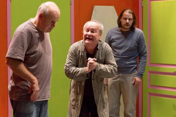 Cinq comédiens se donneront la réplique sur scène jusqu'au 22 janvier. Crédit photo : Julien Correc.